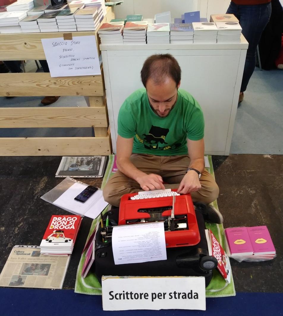 Photo of L'Olivetti di Walter Lazzarin, scrittore di strada, e i suoi tautogrammi