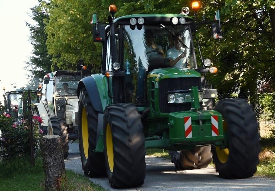 Photo of Ultimo giorno di scuola, a Mondovì i neo-patentati ci vanno sul trattore