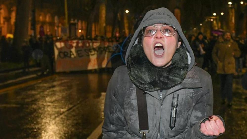 Photo of Insultò e auspicò la morte dei poliziotti, licenziata la maestra elementare che per giorni indignò il web