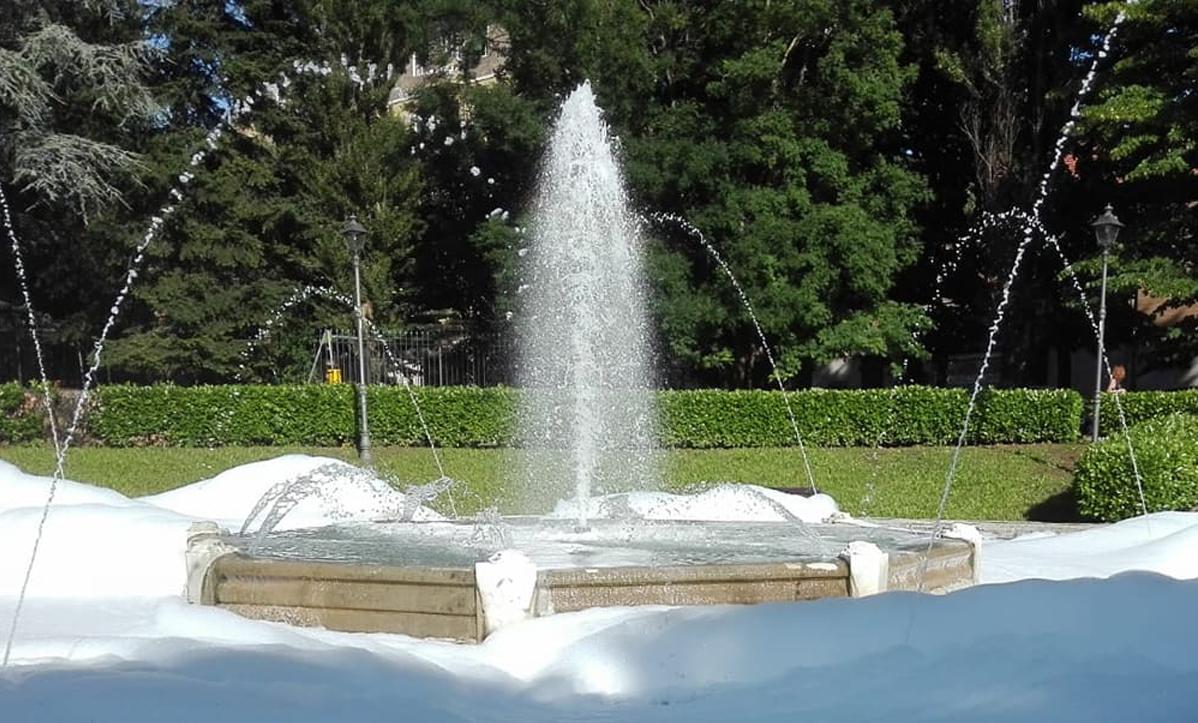 Photo of Tortona, detersivo nella fontana della stazione: bolle e spuma  invadono i giardini