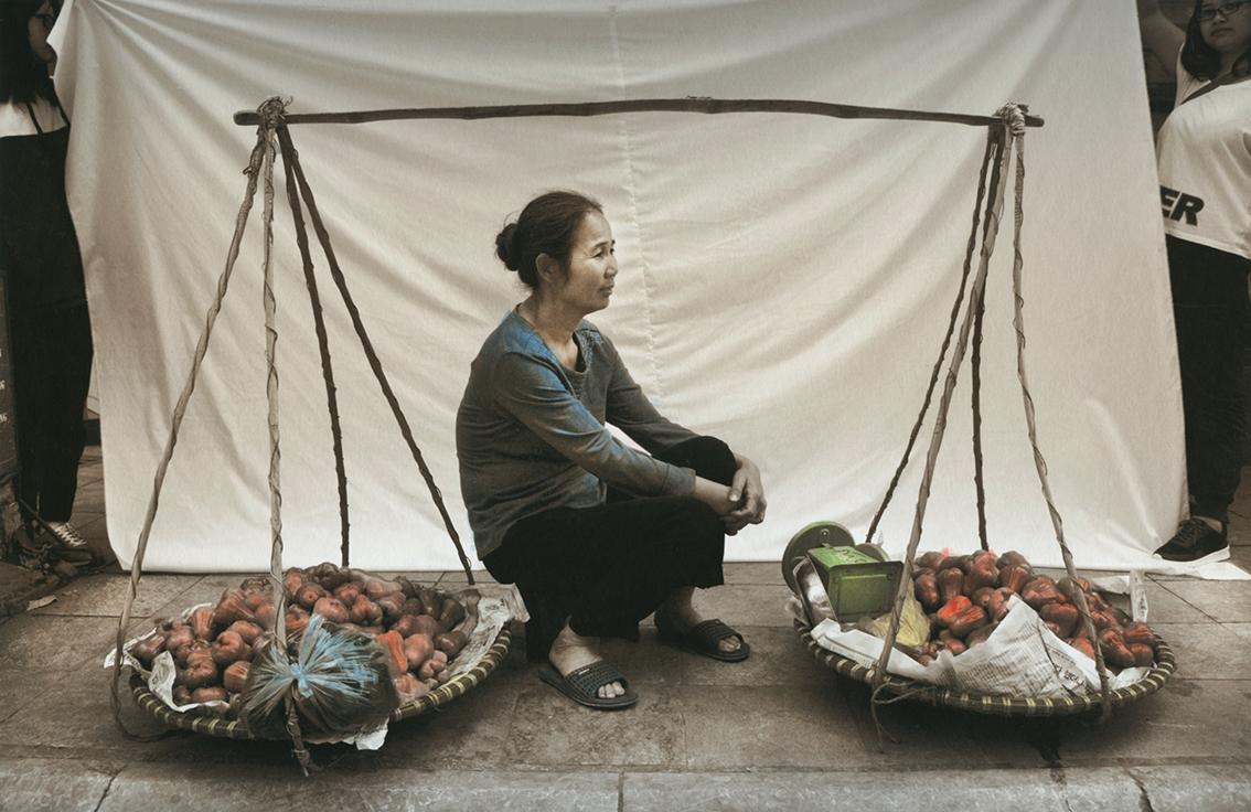 """Photo of Le venditrici ambulanti vietnamite nei """"dipinti fotografici"""" di Ottavia Castellina"""