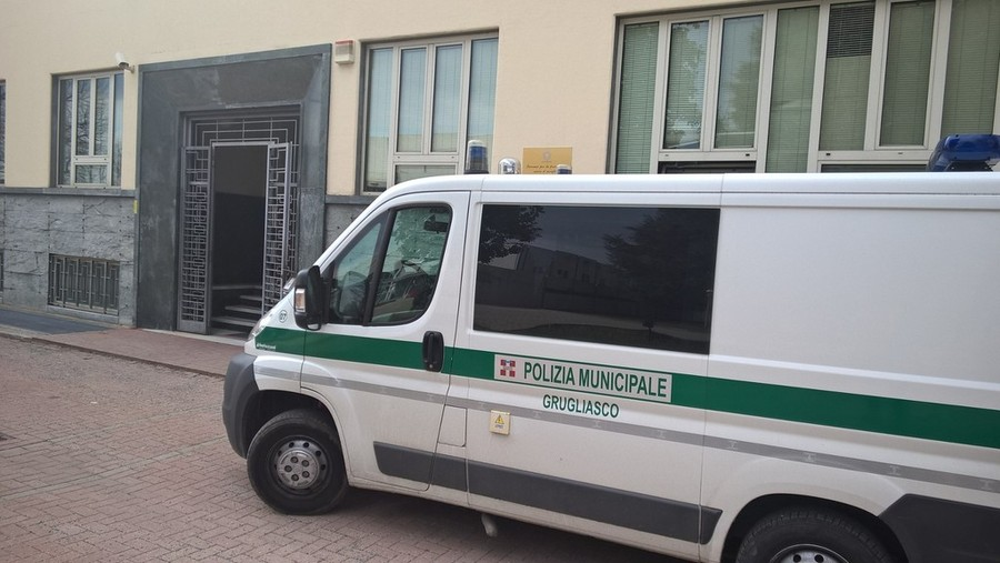 Photo of Coppia di vigili urbani rapinata in casa: i malviventi fuggono con 4 pistole