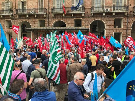 Photo of Sicurezza sul lavoro, in centinaia hanno manifestato in piazza Castello