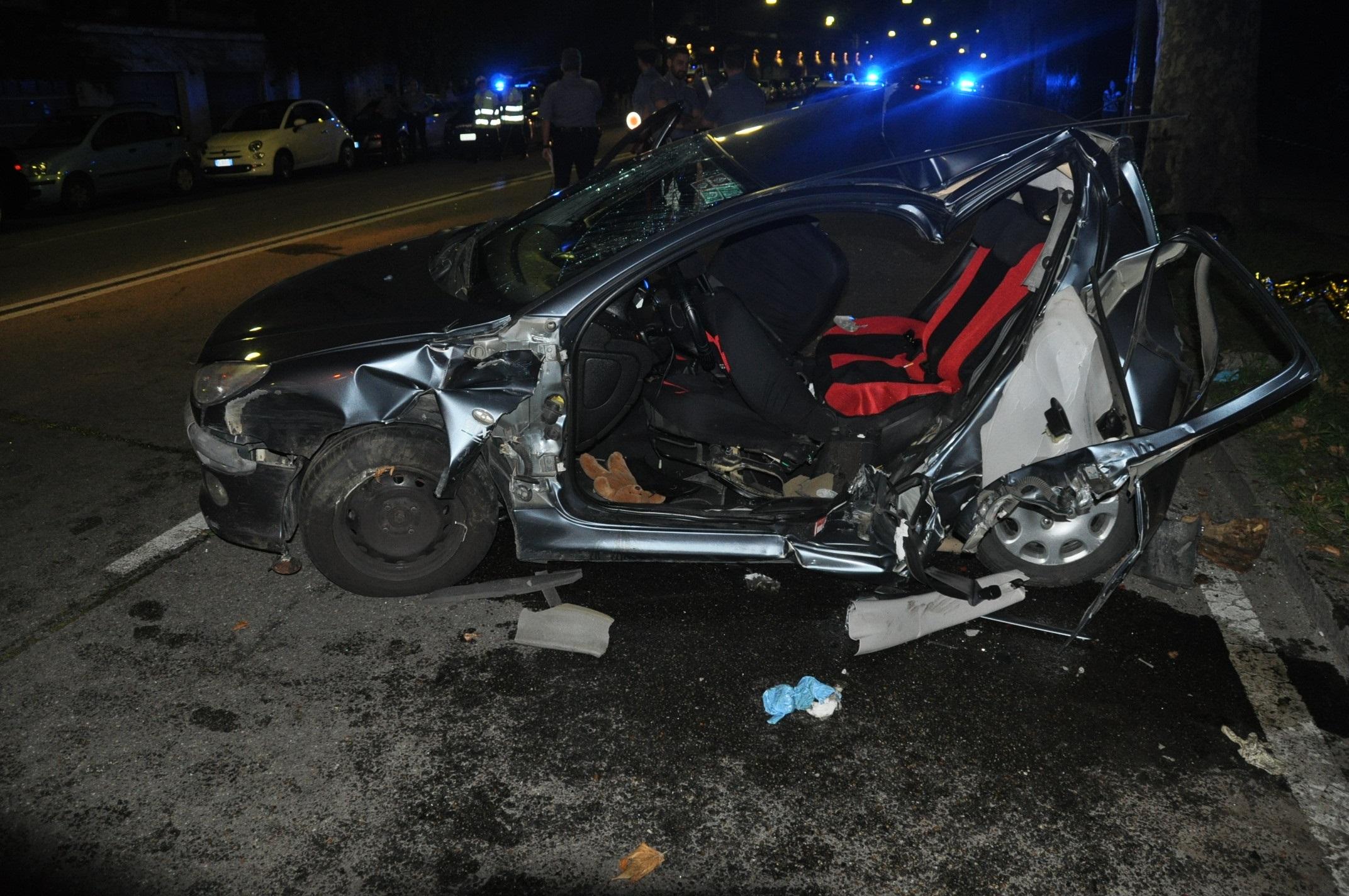 Photo of Auto nella notte si schianta contro un albero di corso Moncalieri: un morto e tre feriti