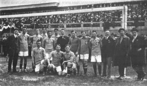 Torino. Le Nazionali d'Italia e Svizzera prima dell'incontro del 31 Gennaio 1915