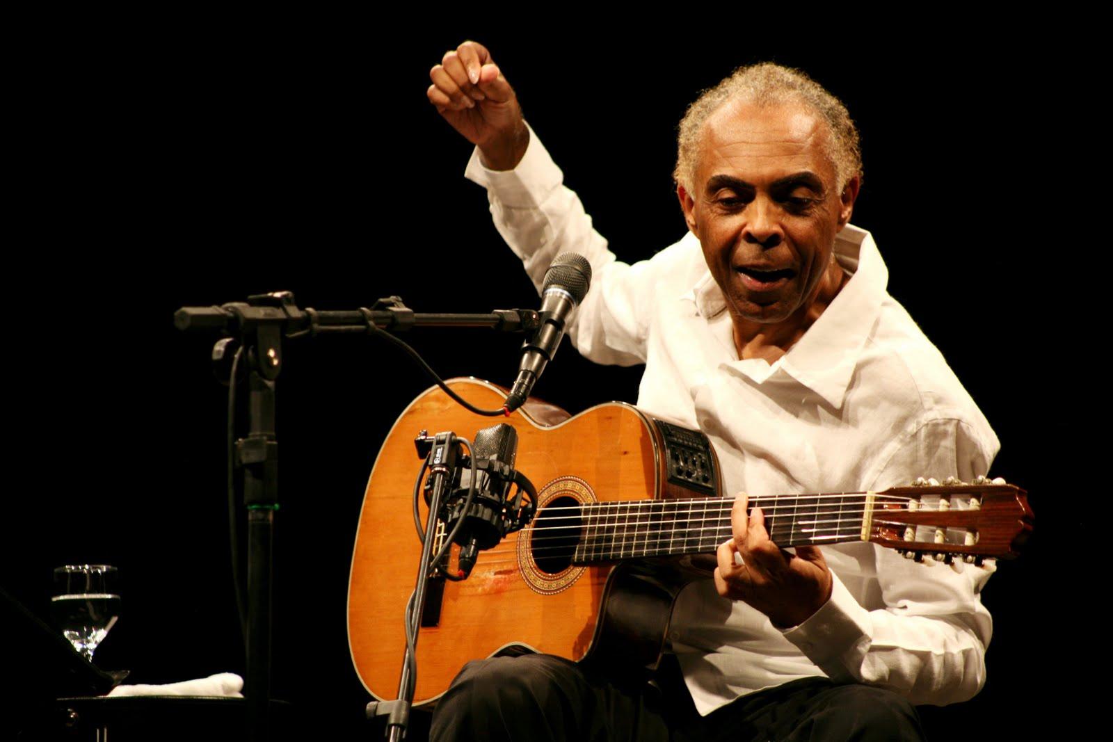 Photo of Gilberto Gil, leggenda della musica popolare brasiliana, sul palco di Monforte d'Alba