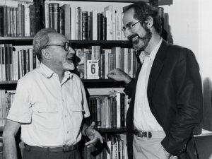 Da sinistra: Primo Levi (Torino, 1919-1987), testimone straordinario dell'orrore di Auschwitz, assieme allo scrittore americano Philip Roth (1933)