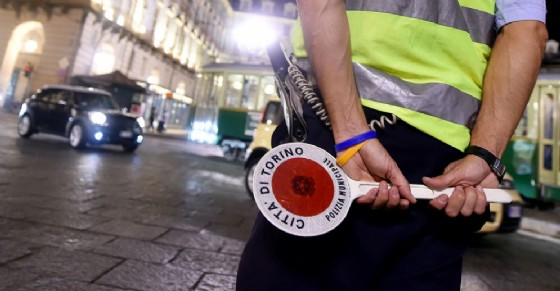 """Photo of Sfrecciano all'impazzata, """"bruciando"""" di notte semafori rossi: carri attrezzi nel mirino dei vigili"""