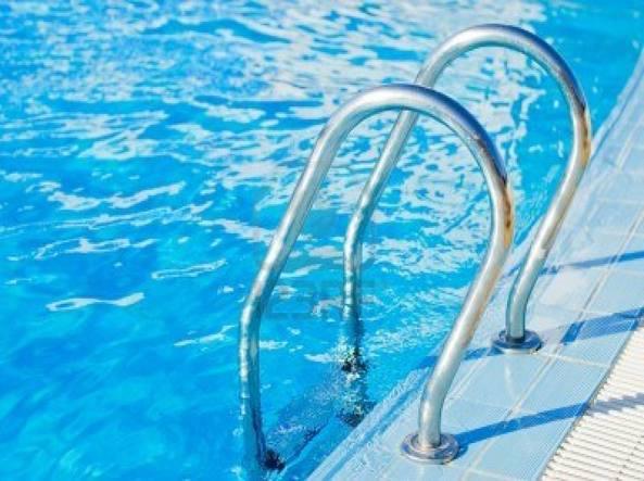 Photo of Ventunenne si tuffa in piscina e muore annegato, grave la ragazza che cerca di salvarlo
