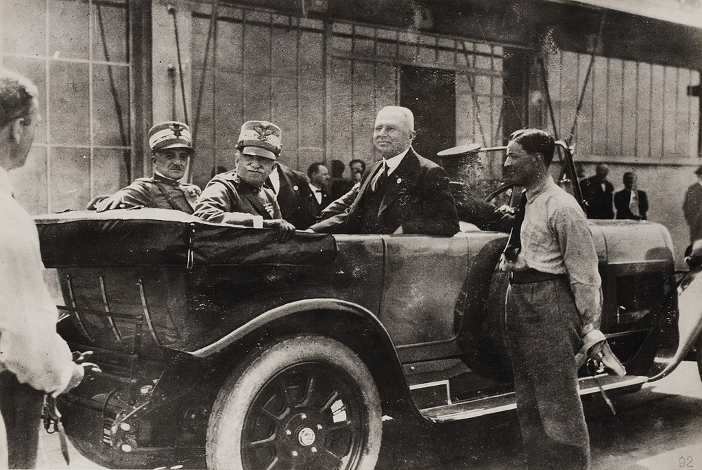Con il re Vittorio Emanuele III in limousine presso lo stabilimento Fiat Lingotto, Torino 1923