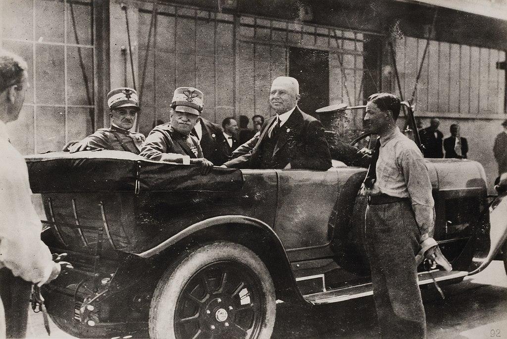 Con il re Vittorio Emanuele III in limousine presso lo stabilimento Fiat Lingotto, Torino 1923