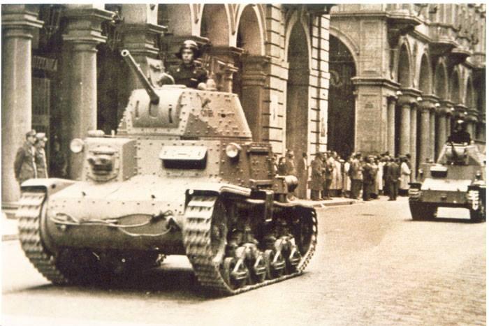 Un carro armato M13 e un carro leggero L6 del gruppo corazzato Leonessa sfilano a Torino in Via Roma nel luglio del '44