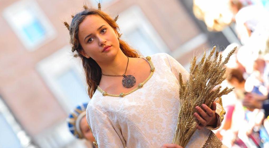 Photo of Asti, una diciassettenne incoronata damigella: è la più giovane nella storia del Palio
