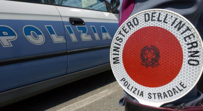 Photo of Anziano viaggia contromano in autostrada: la polizia lo blocca evitando una strage