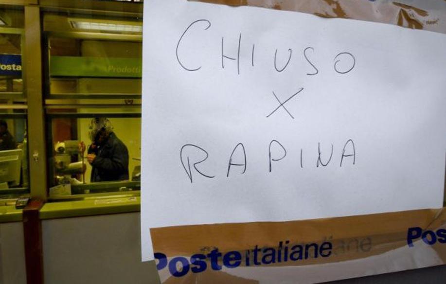 Photo of Rapina alle Poste, chiudono direttore e impiegata in bagno e fuggono con il bottino