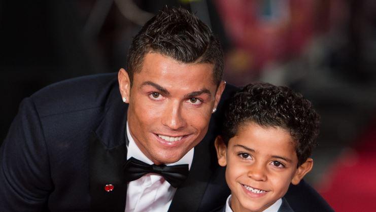 Photo of Cristiano junior mette a segno due reti, papà Ronaldo lo festeggia sui social