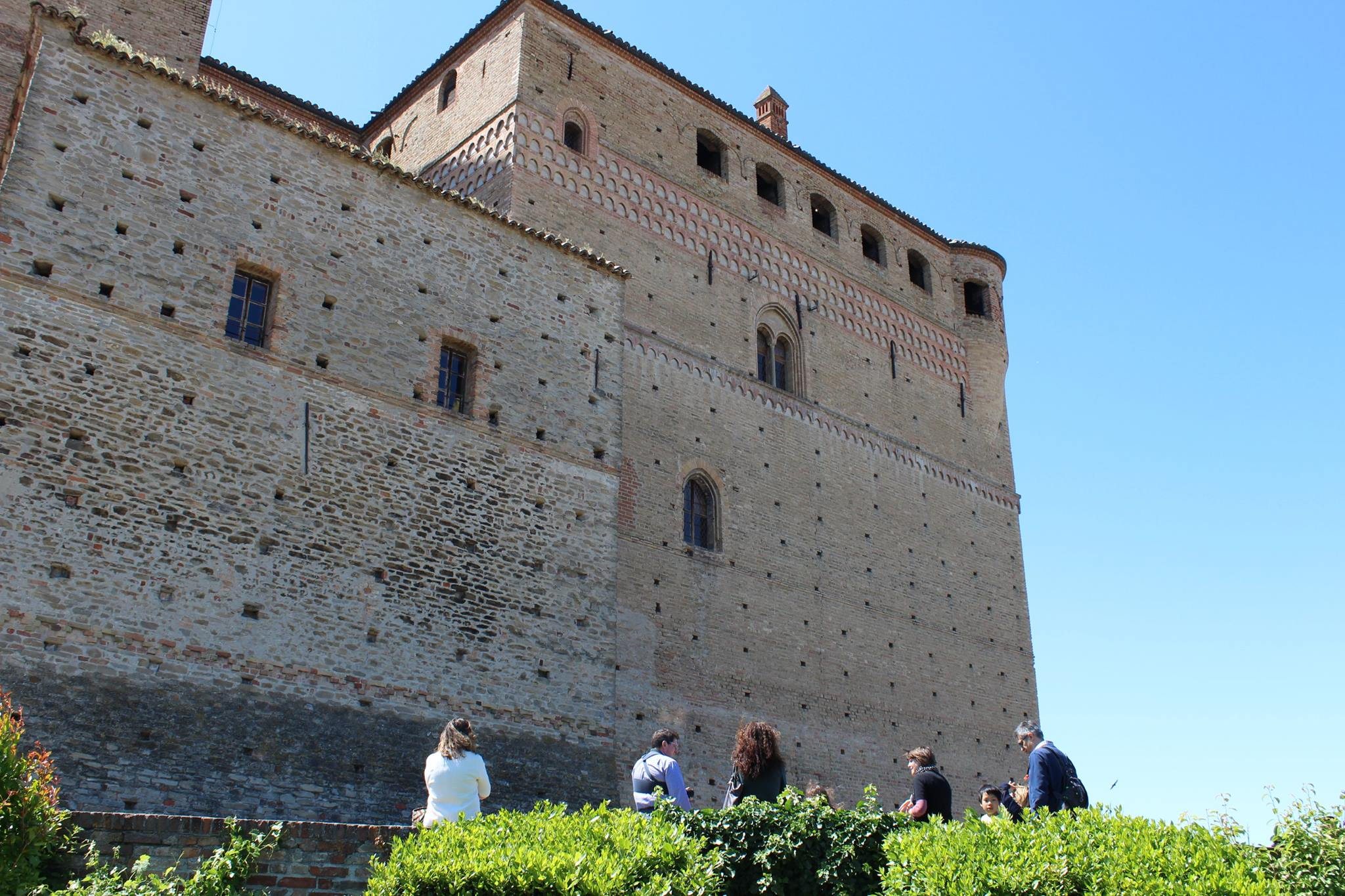 Photo of Una giornata alla scoperta dei graffiti e delle etichette da vino nei castelli di Serralunga e Barolo