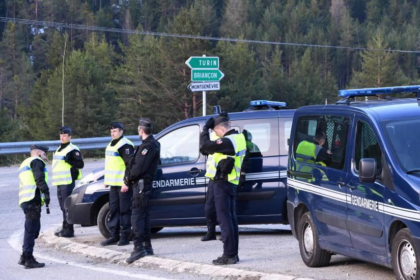 """Photo of La Gendarmerie francese """"scarica"""" migranti a Clavière da un furgone: la Digos invia il filmato in Procura"""