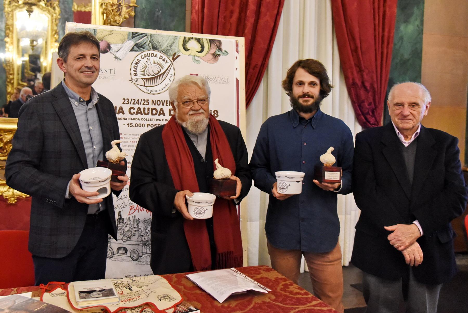 """Photo of Bagna Cauda Day, a padre Enzo Bianchi consegnato il premio """"Testa d'aj"""""""