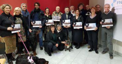 I veterinari di Asti posano per un calendario a sostegno degli interventi assistiti con animali