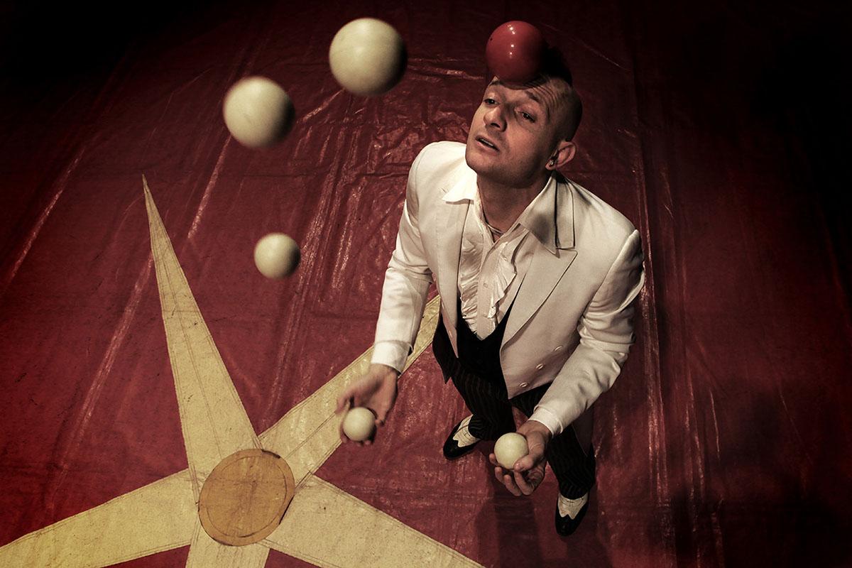 """Photo of Il campione del mondo di """"Street Magic"""" Mister David si esibisce nella sua Torino"""