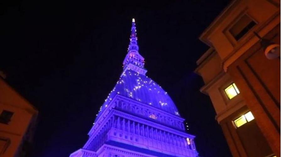 Photo of Feste natalizie nel segno del risparmio energetico, Mole illuminata di blu da 2500 led