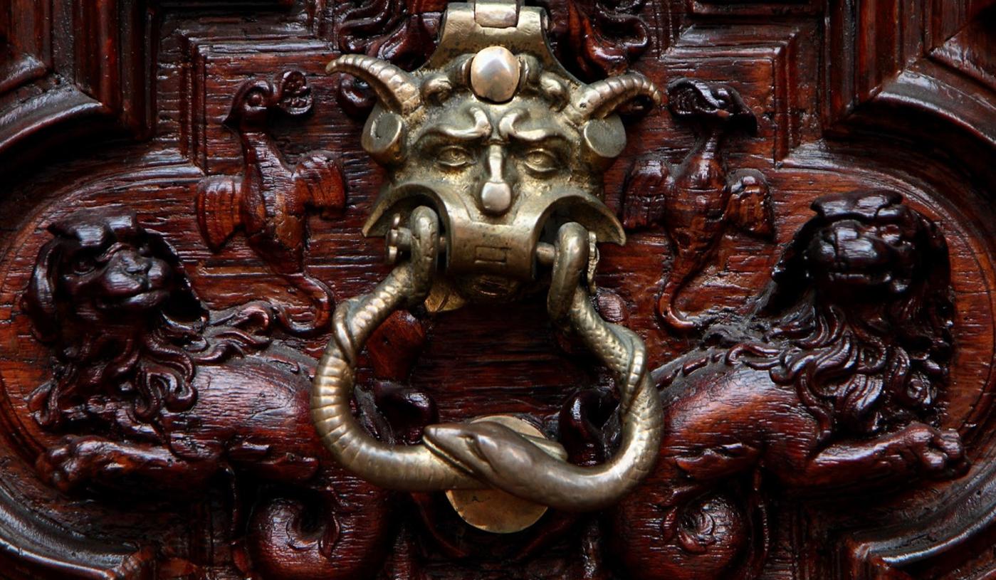 Photo of Il Portone del Diavolo di Torino, una storia avvolta da esoterismo e antiche leggende