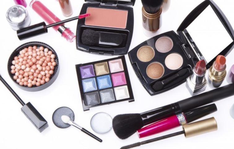 Photo of Cosmetici a GiovedìScienze: ciò che si nasconde dietro gli slogan di trucchi e creme antirughe