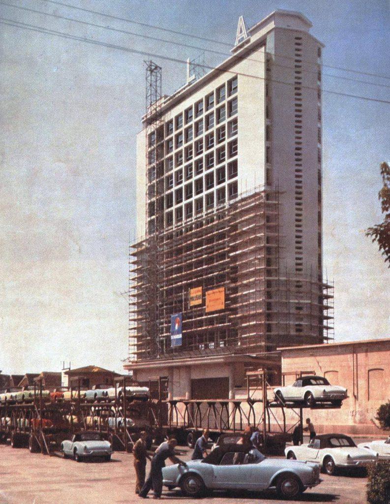Il Grattacielo Lancia, in fase di completamento nel 1957. Non sono ancora state posate tutte le lettere dell'insegna