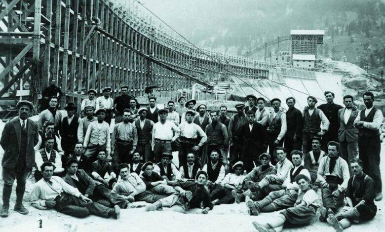 Una storica immagine con gli operai che costruirono la diga di Ceresole, fine Anni Venti